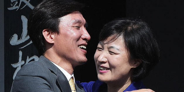 더불어민주당 추미애 대표(오른쪽)와 민주당 김민석 대표가 18일 오전 경기도 광주시 해공 신익희 선생 생가에서 포옹을 하고 있다.