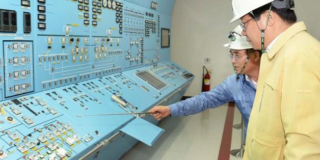 주형환 산업통상자원부 장관(오른쪽)이 13일 오후 경주 월성원자력발전소를 방문해 제1발전소장으로부터 수동정지된 원전 상황과 지진 관련 현황을 보고받고 있다.