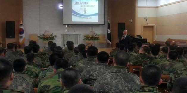 노관석 강원지방병무청장이 1월 13일 36사단 신병교육대에서 기초군사훈련 중인 사회복무요원 130여명을 대상으로 특강을 하고 있다.