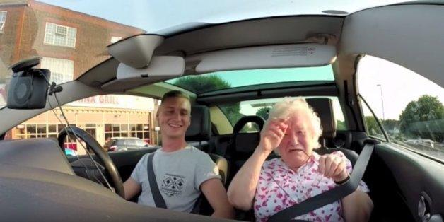 Iris Howard wird zu ihrem Geburtstag von ihrem Enkel mit Radiobotschaften aus aller Welt überrascht.