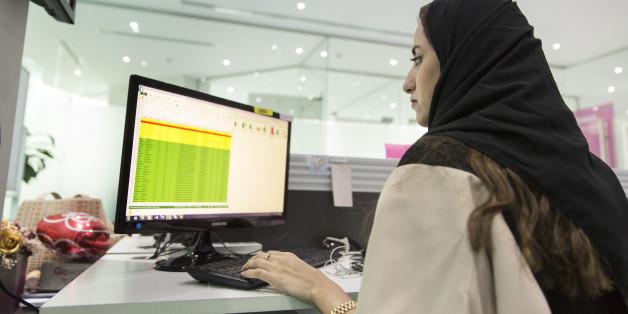 Eine Frau mit Kopftuch in Riad in Saudi-Arabien