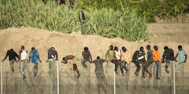 Des migrants africains tentent de traverser la frontière entre le Maroc et l'Espagne, dans l'enclave de Melilla, 2014.