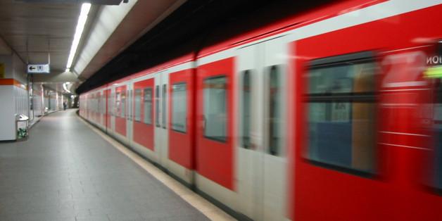 Münchener schlägt Kopftuchträgerinnen in U-Bahn - zum Glück geht ein Fremder dazwischen