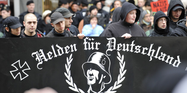 """Teilnehmer eines """"Heldengendenkmarsches"""" rechtsextremistischer Gruppierungen"""