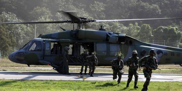 21일 화천 일대에서 펼쳐진 대규모 궁중강습 작전에 투입된 육군 27사단 소속 장병과 예비군이 헬기에서 내려 목표 지점으로 침투하고 있다.
