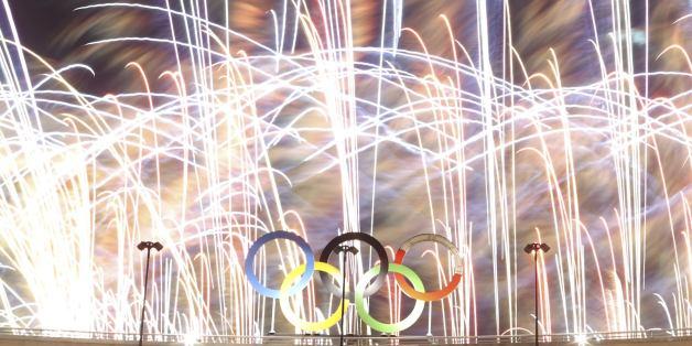 2016 Rio Olympics - Closing ceremony - Maracana - Rio de Janeiro, Brazil - 21/08/2016. The Olympics rings are seen as fireworks explode during the closing ceremony.  REUTERS/Ricardo Moraes