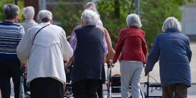 Archivbild: Ältere Frauen mit Rollatoren aus einem Seniorenheim in Frankfurt