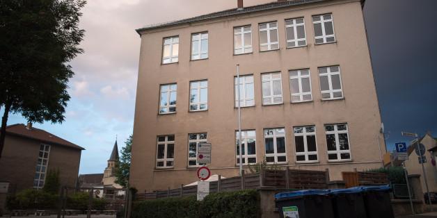 Ein Zwölfjähriger wurde in Euskirchen von einem Mitschüler lebensgefährlich verletzt . möglicherweise wegen eines Kartenspiels