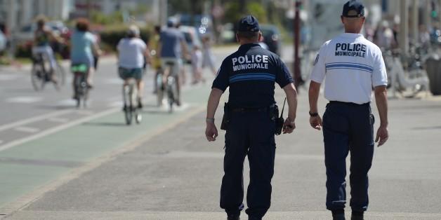 Des policiers municipaux patrouillent sur la Promenade des Anglais de Nice, le 18 juillet 2016.