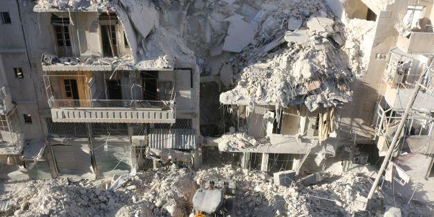Zerstörte Gebäude nach einem Luftschlag in Aleppo am Samstag