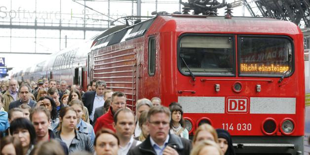 Fahrgäste am Bahnhof Frankfurt