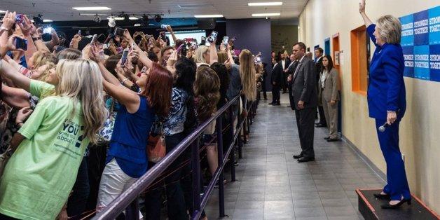 Alors qu'Hillary Clinton était en meeting à Orlando, son public lui tournait le dos pour prendre des selfies.