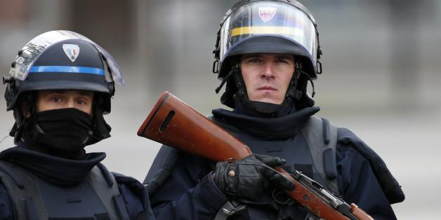 Schüsse in Supermarkt nahe Paris: Angreifer hat sich verschanzt