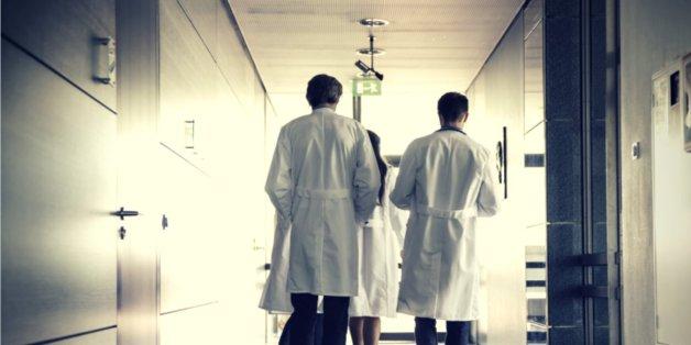 Oppositionspolitiker kritisieren die Regierung wegen der steigenden Krankenkassenbeiträge scharf