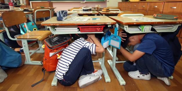 26일 오전 서울 은평구 서신초등학교에서 어린이들이 지진대피훈련을 하고 있다.