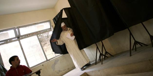 Un électeur sort d'un isoloir à Salé, septembre 2007.