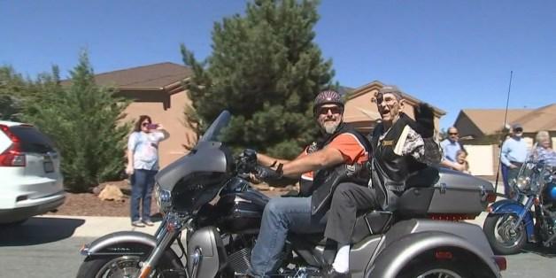 Der 101-Jährige als Beifahrer auf einer Harley-Davidson.
