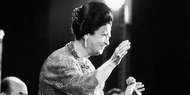 La diva Oum Kalsoum saluant son public lors de son concert à l'Olympia en France le 14 novembre, 1967.