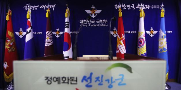 국방부는 30일 사드(THAAD·고고도 미사일방어체계)를 경북 성주군 초전면에 있는 성주골프장에 배치하기로 최종 결정했다. 사진은 이날 오후 서울 용산구 국방부 브리핑실.