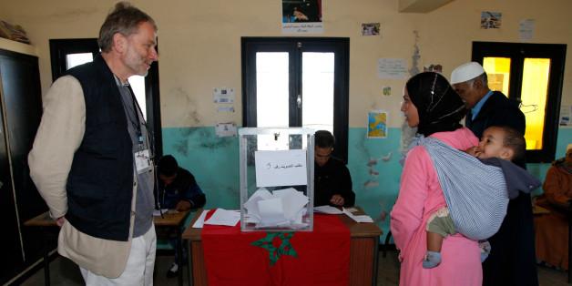 Un membre européen de la délégation d'observateurs assiste au processus de vote dans les environs de Rabat, lors des élections législatives de novembre 2011.