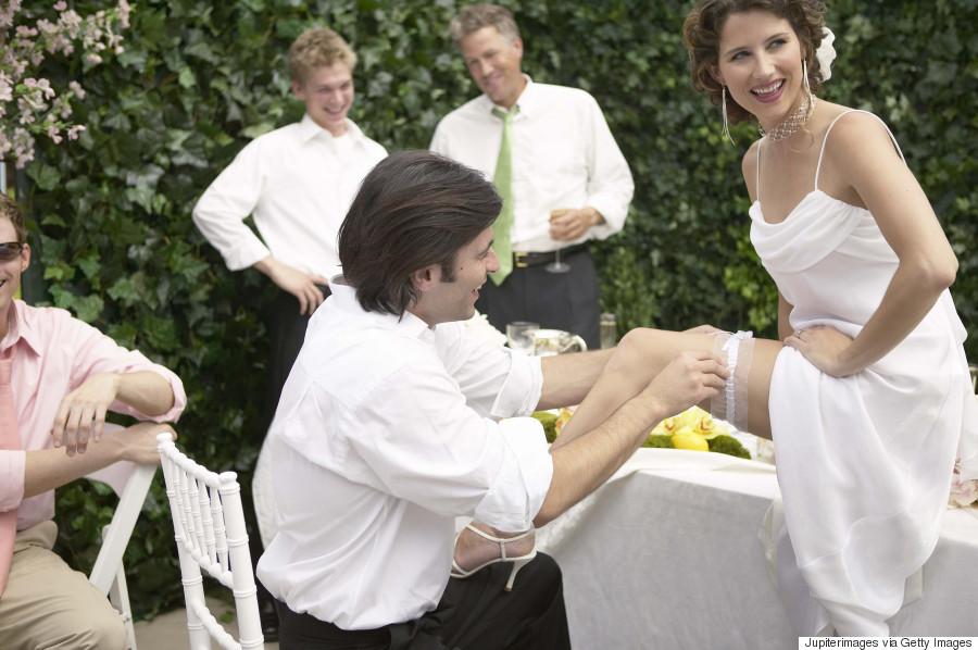 1717082fdea6 Στην Ιταλία υπάρχει από παλιά το έθιμο κατά το οποίο ο γαμπρός βγάζει την  καλτσοδέτα από τη νύφη. Μάλιστα