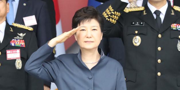 박근혜 대통령이 1일 계룡대에서 열린 제 68주년 국군의 날 행사에서 거수경례하고 있다.