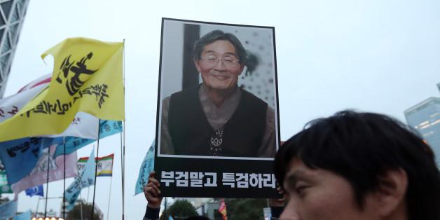 1일 오후 경찰의 물대포에 맞고 투병하다 사망한 농민 고 백남기씨를 추모하기 위해 모인 시민들이 대학로에서 집회를 마치고 종로1가를 행진하고 있다.
