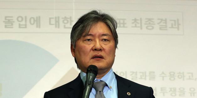 대한의사협회 노환규 회장이 2014년 3월 20일 오후 서울 용산구 이촌로 의협회관 회의실에서 의·정 협의안 채택 여부 투표 결과를 공개한 뒤 입장 발표를 하고 있다.