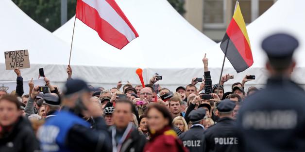 in Vorfall bei den rechten Protesten zur Feier der deutschen Einheit in Dresden sorgt für Empörung in den sozialen Netzwerken