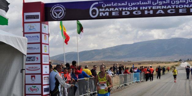 Ligne d'arrivée du 6e marathon international de Medghacen, au pied du mausolée du même nom, le 10 octobre 2015