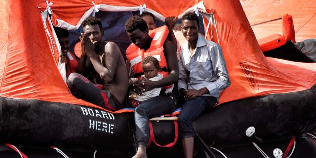 Flüchtlinge auf einem Rettungsfloß vor der libyschen Küste