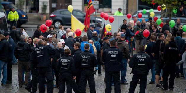 """Die Dresdner Polizeidirektion hat sich von dem Ausspruch eines Beamten distanziert, der Pegida-Anhängern """"einen erfolgreichen Tag"""" gewünscht hatte"""