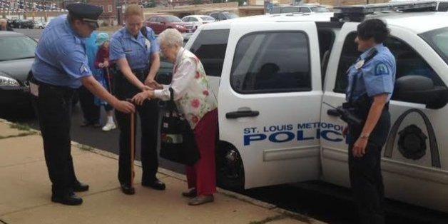 Eine 102-jährige US-Amerikanerin hat sich von der Polizei einen ungewöhnlichen Lebenstraum erfüllen lassen