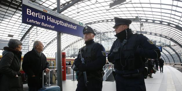 Polizisten am Berliner Hauptbahnhof