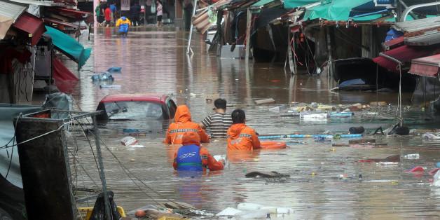 5일 제18호 태풍 '차바'의 영향으로 울산에 많은 비가 내려 중구 태화시장 일대가 물에 완전히 잠겨 있다.