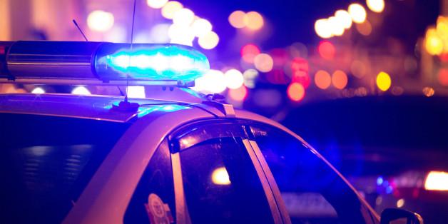 Ein junger Schwarzer hat Angst, als er von der Polizei aufgehalten wird.