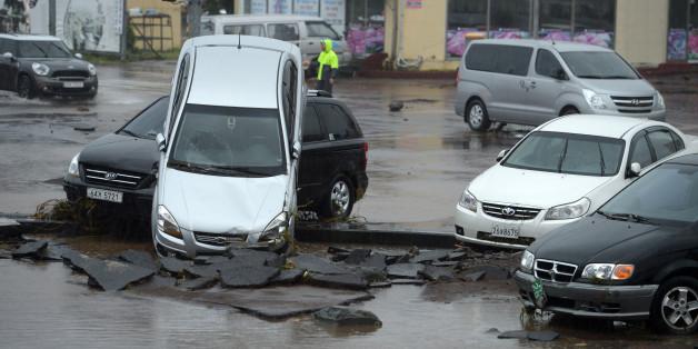 제18호 태풍 차바(Chaba)가 제주도를 강타한 5일 오전 제주시 용담동 한천 하류에 세워둔 차들이 불어난 물에 휩쓸려 뒤엉켜 있다.