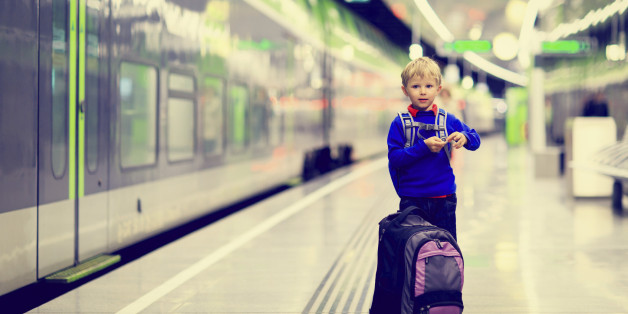 Junge am Bahnhof