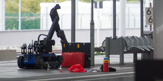 Ein ferngesteuerter Roboter untersucht am Chemnitzer Bahnhof verdächtiges Gepäck