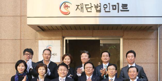 재단법인 미르 김형수 이사장을 비롯한 관계자들이 2015년 10월 27일 서울 강남구 학동로에 위치한 '재단법인 미르 출범식'에서 현판 제막식 후 기념촬영을 하고 있다.