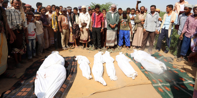 Yemenis attend the funeral of members of the same family on October 8, 2016 a day after they were killed in a reported airstrike by Saudi-led coalition air-planes that hit their house in Bajil in the western province of Houdieda. / AFP / STRINGER