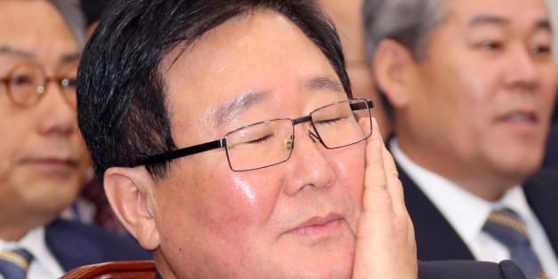 조석 한국수력원자력 사장이 10일 오전 국회에서 열린 산업통상자원위의 한국수력원자력 등에 대한 국정감사에서 얼굴을 매만지고 있다.