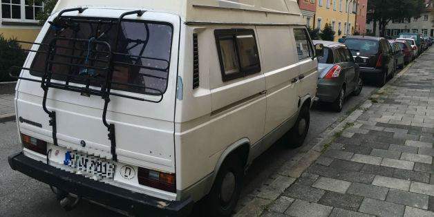 Ein Anwohner regte sich in München über einen geparkten VW-Bus auf.