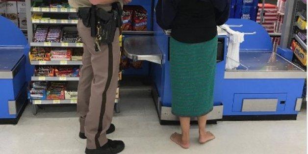 Verwahrlost und ohne Schuhe geht die Frau durch die Straßen - dann kommt die Polizei