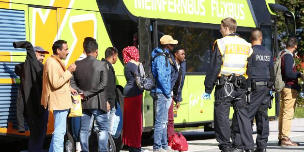 Deutsche Polizisten checken Pässe von Busreisenden auf der Autobahn REUTERS/Michaela Rehle