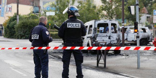 Die ausgebrannten Polizeifahrzeuge in Viry-Chatillon