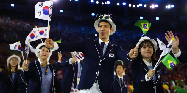 2016 Rio Olympics - Opening ceremony - Maracana - Rio de Janeiro, Brazil - 05/08/2016. Flagbearer Gu Bongil (KOR) of South Korea arrives for the opening ceremony.  REUTERS/Kai Pfaffenbach  FOR EDITORIAL USE ONLY. NOT FOR SALE FOR MARKETING OR ADVERTISING CAMPAIGNS.