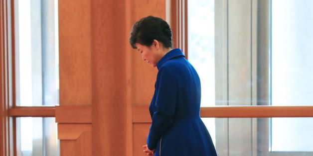 박근혜 대통령이 12일 오전 청와대에서 루이스 기예르모 솔리스 코스타리카 대통령 내외를 기다리며 잠시 생각에 잠겨 있다.