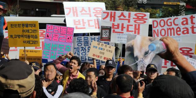"""15일 오후 경기도 성남시 중원구 모란시장 앞에서 동물보호단체 '다솜' 회원 20여명이 '개 식용 반대' 등이 적힌 손팻말을 들고 집회를 하고 있다. 이에 바로 앞에서는 식용견 종사자들이 """"영업 방해 말라"""" 등의 구호를 외치며 맞불 시위를 벌였다."""