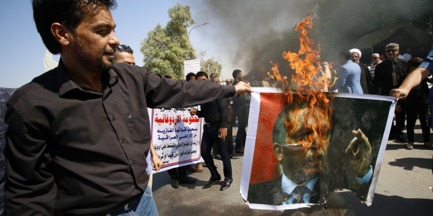 Protesters burn a picture of Turkey's President Tayyip Erdogan in Basra, Iraq October 14, 2016. REUTERS/Essam Al-Sudani